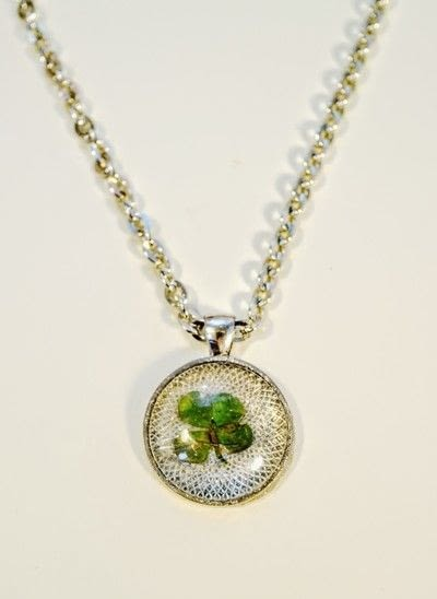 How to make a resin pendant. Four Leaf Clover Necklace - Step 7