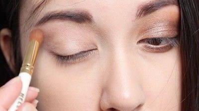How to create a natural eye makeup. Cara Delevigne Natural Bronze Makeup Tutorial  - Step 2