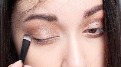 How to create a natural eye makeup. Cara Delevigne Natural Bronze Makeup Tutorial  - Step 4