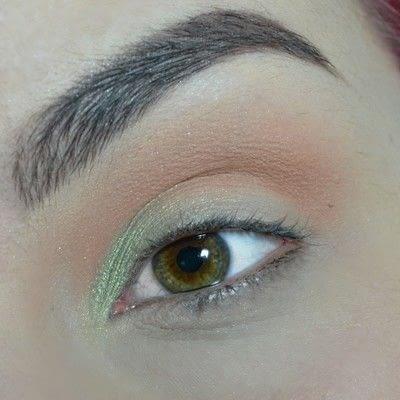 How to create a smokey eye. Green Smokey Eye - Step 2