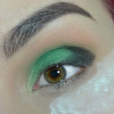 How to create a smokey eye. Green Smokey Eye - Step 4