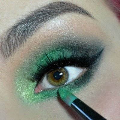 How to create a smokey eye. Green Smokey Eye - Step 7
