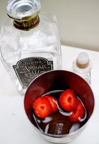 How to mix a tequila cocktail. Strawberry Smash - Step 4