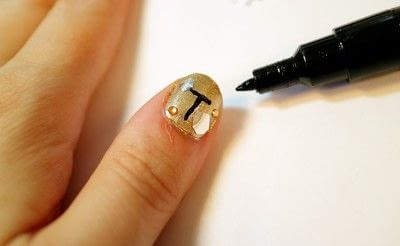 How to paint a nail painting. Queen Bee Nails - Step 5