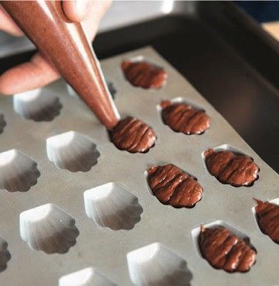 How to bake a madeleine. Chocolate Madeleines - Step 5