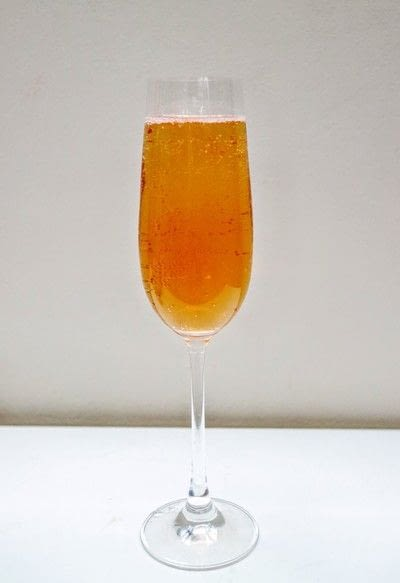 How to mix a champagne cocktail. Kings Royale - Step 4