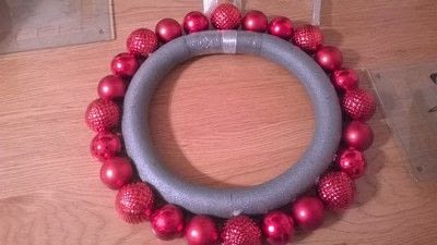 How to make a wreath. Christmas Bauble Wreath - Step 1