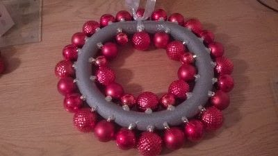 How to make a wreath. Christmas Bauble Wreath - Step 2