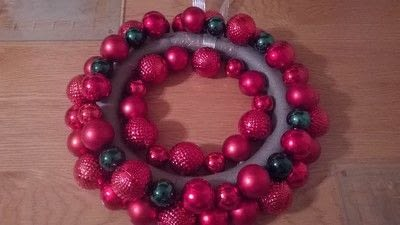 How to make a wreath. Christmas Bauble Wreath - Step 4