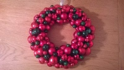 How to make a wreath. Christmas Bauble Wreath - Step 5