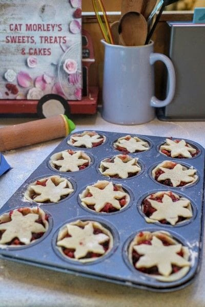 How to bake a mince pie. Juniper & Apple Mince Pies - Step 8