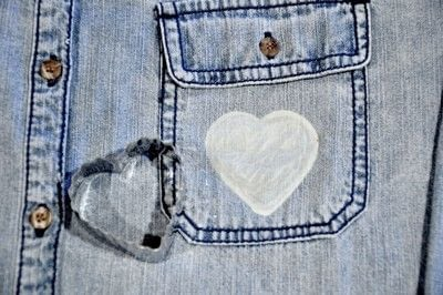 How to make a shirt. DIY Bleach Heart Pocket Shirt - Step 6