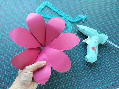 How to make a paper flower. Giant Paper Flowers For A Moana Party - Step 3