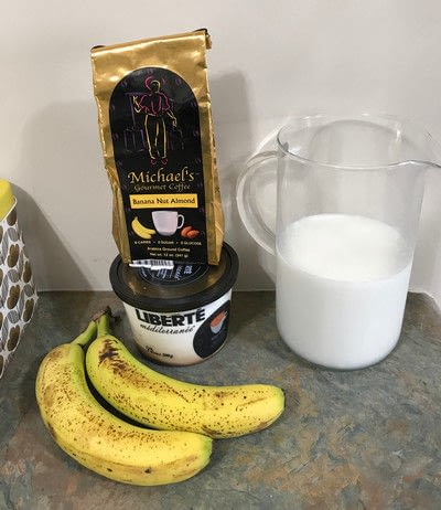 How to mix a banana smoothie. Banana Coffee Smoothie - Step 2