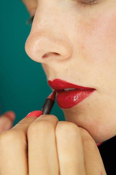 How to paint a glitter lip. Glitter Lips - Step 1