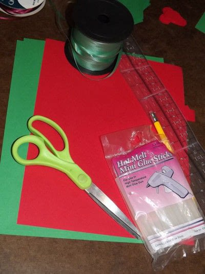 How to make a garland. Easy Paper Holiday Garland : Holly - Step 1