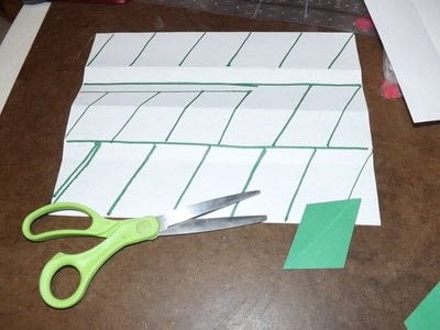 How to make a garland. Easy Paper Holiday Garland : Holly - Step 3