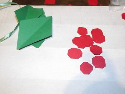 How to make a garland. Easy Paper Holiday Garland : Holly - Step 7