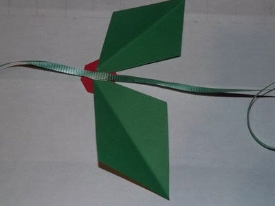 How to make a garland. Easy Paper Holiday Garland : Holly - Step 10