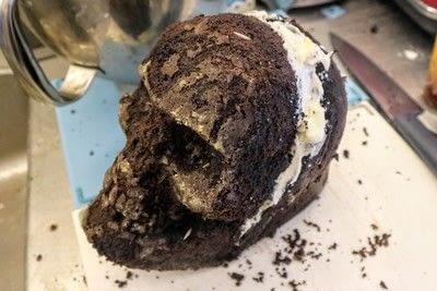 How to bake a red velvet cake. Black Velvet Skull Cake - Step 7
