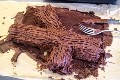 How to bake a roulade. Twin Peaks Talking Log Cake - Step 15