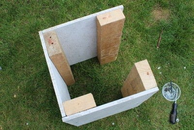 How to make an outdoor accessory. DIY Garden Table Made From Leftover Tiles - Step 2