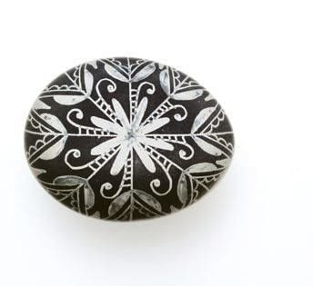 How to make a decorative egg. Black And White Snowflake Egg - Step 5