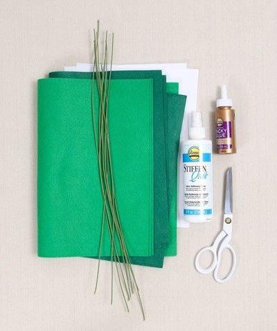 How to make a decoration. Easy Felt Monstera Leaf - Step 1