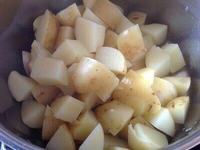 How to cook a potato dish. Garlic Roast Potatoes  - Step 1
