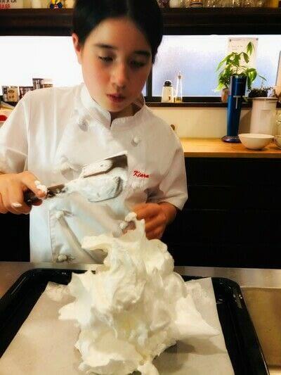 How to bake a meringue. Kiwi Pavlova - Step 3