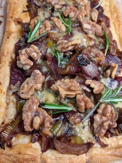 How to bake an onion pie. Stilton And Caramelised Onion, Leek and Pear Tart - Step 4