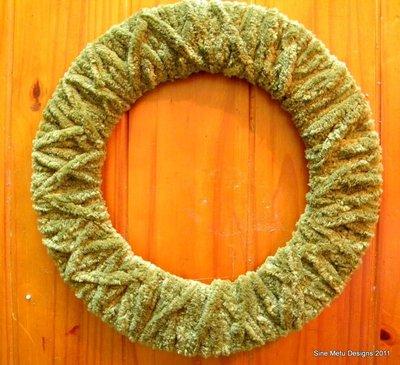 How to make a yarn wrapped wreath. Fall Wrapped Yarn Wreath - Step 4