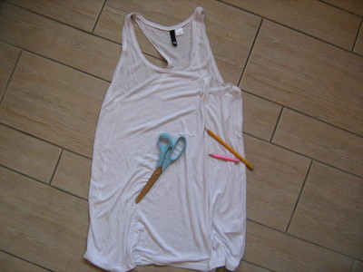 How to cut a skull cut-out top. Easy Ripped Skull Tee - Step 1