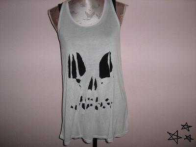 How to cut a skull cut-out top. Easy Ripped Skull Tee - Step 3