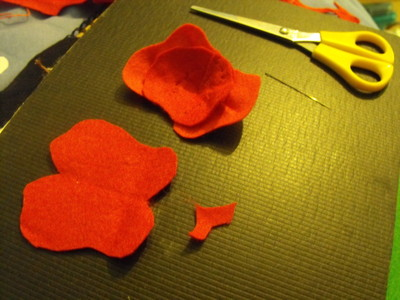 How to sew a fabric flower brooches. Felt Poppy - Step 7