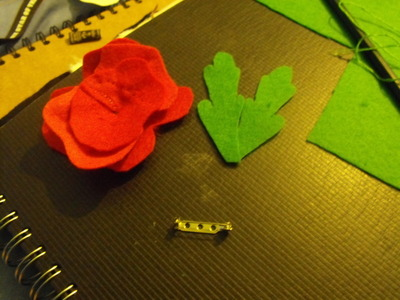 How to sew a fabric flower brooches. Felt Poppy - Step 9