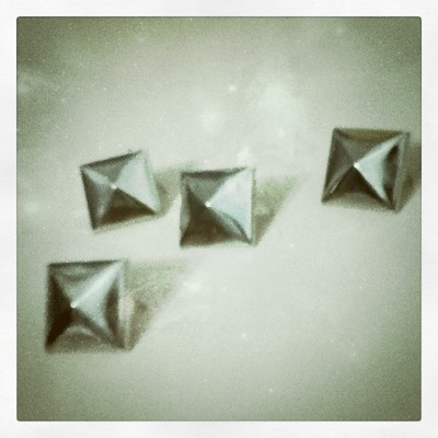 How to make a set of paper earrings. How To Color Studs - Step 1