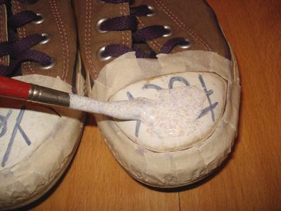 How to decorate a pair of glitter shoes. Glittery Sneakers - Step 5