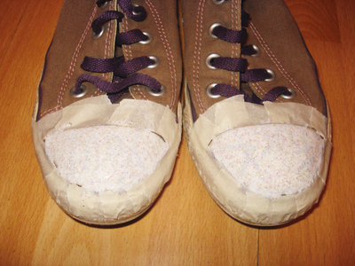 How to decorate a pair of glitter shoes. Glittery Sneakers - Step 6
