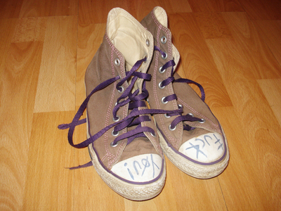 How to decorate a pair of glitter shoes. Glittery Sneakers - Step 2