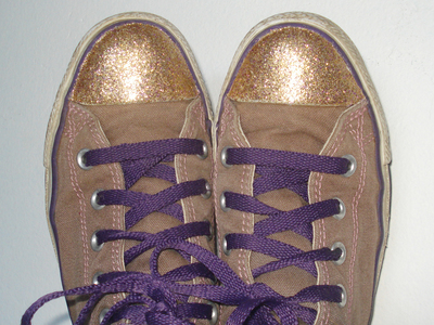 How to decorate a pair of glitter shoes. Glittery Sneakers - Step 10
