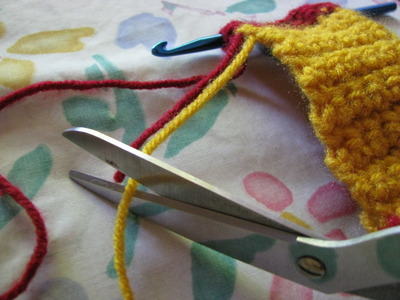 How to knit or crochet a stripy scarf. Gryffindor Scarf - Step 5