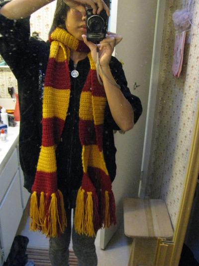 How to knit or crochet a stripy scarf. Gryffindor Scarf - Step 15