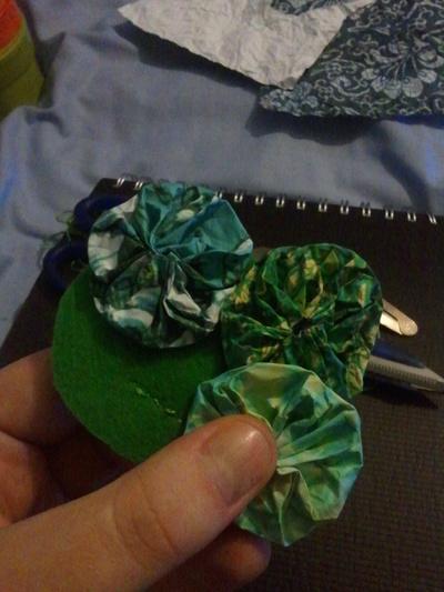 How to sew a yo yo hair clip. Removeable Suffolk Puff Hair Clip - Step 10