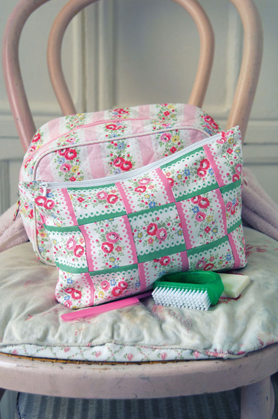 How to make a pouch, purse or wallet. Floral Washbag - Step 10