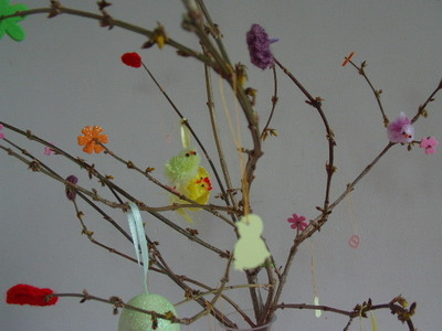 How to make a bouquet. Easter Tree With Bright Leaves - Step 4