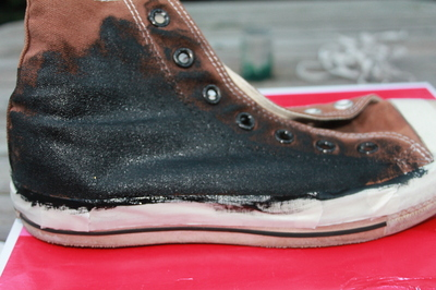 How to decorate a pair of glitter shoes. Diy Glitter Converse - Step 7