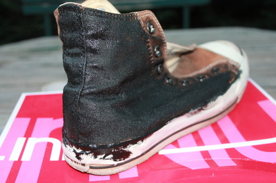 How to decorate a pair of glitter shoes. Diy Glitter Converse - Step 8
