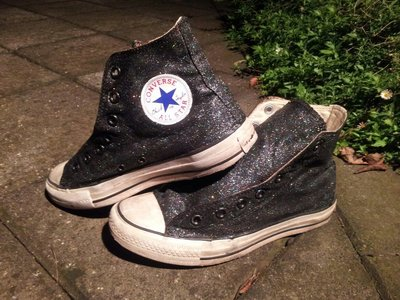 How to decorate a pair of glitter shoes. Diy Glitter Converse - Step 13