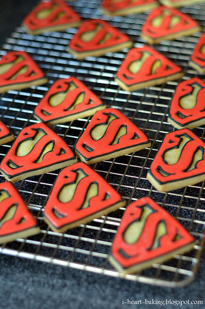 How to decorate a character cookie. Superman Cookies - Step 2